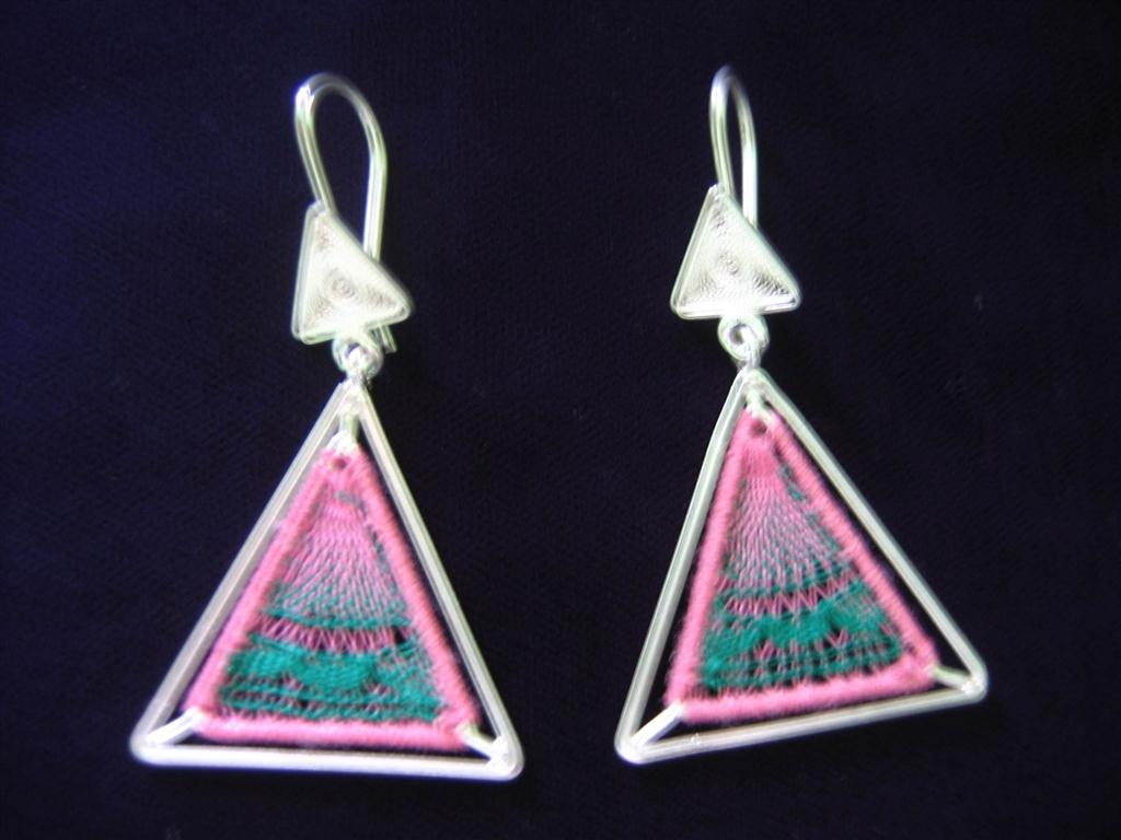 aros-de-plata-con-nanduti-triangulo-color-rosa-con-verde-medium
