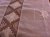 Mantel-de-ao-poi-bordado-y-con-apliques-de-encaje-ju-
