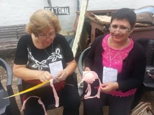 Lucia y Maria Guillermina aprendiendo tejidof